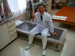 仕忙しい診療の合間、患者様が利用していない間にくつろぐ福嶋院長先生